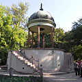 "The pavilion of the Music Well or Bodor Well (in Hungarian ""Zenélő kút""), a kind of bandstand - Boedapest, Hongarije"