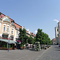 The main square with the Kékes Restaurant on the left, and the St. Bartholomew's Church on the right - Gyöngyös, Hongarije