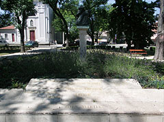 Monument in memory of the victims of the Second World War and the Hungarian Uprising and Revolution of 1956, stands in the park at the Roman Catholic church - Nagykőrös, Hongarije