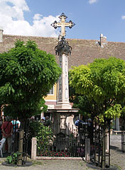 The Plague Cross is hiding between sprawling acacia trees - Szentendre, Hongarije