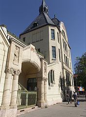 Monumental school palace in the Lehel Street (Primary or Elementary School of Musical and Physical Education) - Budapest, Ungarn