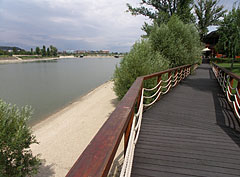 Wooden plank covered walkway on the shore of the bay - Budapest, Ungarn