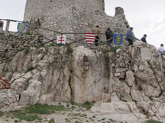The foundation rocks of the Upper Castle, with the bust statue and memorial plaque of Ferenc Wathay hero defender soldier - Csesznek, Ungarn