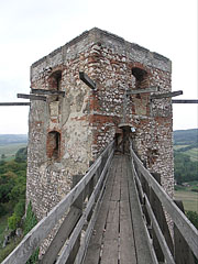 """The so-called Watching Tower (in Hungarian """"Vigyázó torony"""") on the eastern castle walls, today a wooden bridge connects it to the Upper Castle - Csesznek, Ungarn"""