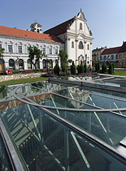 The glass covered exhibition in the center of the ruin garden - Vác, Ungarn