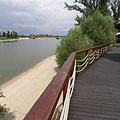Wooden plank covered walkway on the shore of the bay - Budapest, Ungern