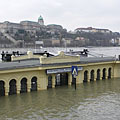 The Vigadó Square boat station is under the water, and on the other side of the Danube it is the Royal Palace of the Buda Castle - Budapest, Ungern