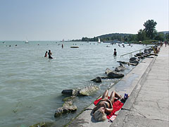 The Wesselényi beach in Balatonalmádi, looking westwards (towards Balatonfüred) - Balatonalmádi, هنغاريا