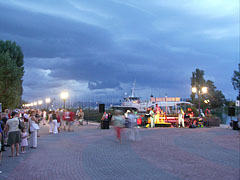 Lakeside promenade at the harbor in the evening - Balatonföldvár, هنغاريا