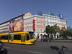 "The Grand Boulevard (""Nagykörút"") with a yellow tram 4-6 - بودابست, هنغاريا"