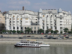 "The Art Nouveau (secession) style ""Palatinus"" apartment buildings on the Danube bank at Újlipótváros neighborhood - بودابست, هنغاريا"