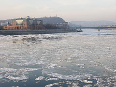 The icy River Danube at Lágymányos neighbourhood - بودابست, هنغاريا