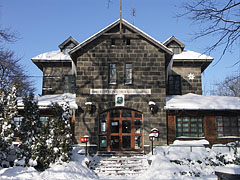 The front wall of the Báró Eötvös Lóránd Tourist Shelter stone building in winter - Dobogókő, هنغاريا