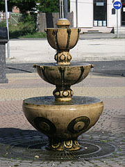 Ornamental fountain in the square in front of the Town Hall - Dunakeszi, هنغاريا