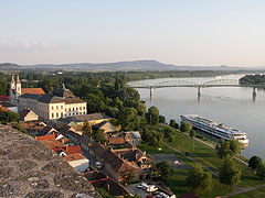 Outlook from the rondella (round bastion) of the castle to Mária Valéria Bridge (a Bridge to Párkány) over River Danube - Esztergom, هنغاريا