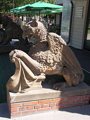 Griffin statues at the main entrance of the lake bath - Hévíz, هنغاريا