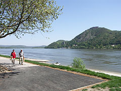 The riverbanks of the Danube at Nagymaros, and on the other side of the river it is the Visegrád Castle on the hill - Nagymaros, هنغاريا
