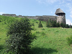The ruins of the irregular shaped mediaeval Castle of Nógrád on the green castle hill - Nógrád, هنغاريا
