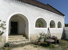 The porch of the 19th-century-built dwelling house from Szentgál - Szentendre, هنغاريا