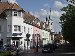 Colorful row of houses and steeples of the Saint Ann's Piarist Church - Vác, هنغاريا