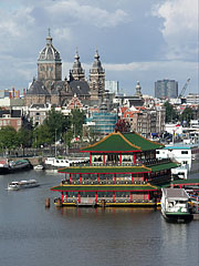 The Oosterdok (Eastern Dock) with the Sint Nicolaaskerk (church) ans the Sea Palace Asian Restaurant - Amsterdam, Netherlands