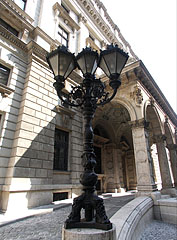 "Ornate cast iron street light at the Hungarian State Opera House (""Operaház"") - ブダペスト, ハンガリー"