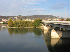 """The Árpád Bridge viewed from the Margaret Island (""""Margit-sziget"""") to the direction of Buda (Óbuda district) - ブダペスト, ハンガリー"""
