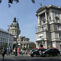 The Fonciére Palace (on the right) is the downtown end of the Andrássy Avenue (and the St. Stephen's Basilica can be seen in the distance) - ブダペスト, ハンガリー