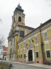 The Assumption of Mary Parish Church and the Town Hall of Szentgotthárd - Szentgotthárd, ハンガリー