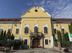 The main facade of the neoclassical late baroque style (in other words copf or Zopfstil) former County Hall - Nagykálló, 헝가리