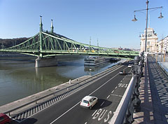 The Liberty Bridge and the lower quay, viewed from the Danube bank at the Budapest Corvinus University - Budimpešta, Mađarska